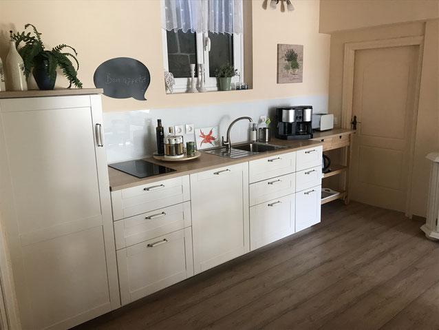 Die gemütliche Wohnküche ist bestens ausgestattet.