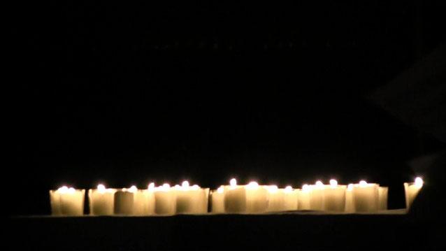 Fürbitten und Kerzen auf dem Altar