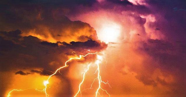 Jean voit des éclairs qui sortent du trône de Dieu, il entend des voix et des coups de tonnerre. Il se dégage une démonstration de grande puissance et de colère de la part du Maître de l'univers.