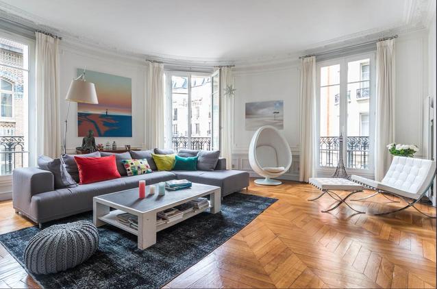 éclaircir et faire entrer la lumière dans un appartement à bas étage : le blanc sur les murs, le blanc sur les rideaux, et du mobilier blanc