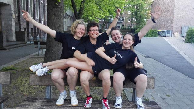 Bezirksliga, wir kommen: Petra Klus, Daniela Kos, Sarah-Jane Aubry und Jana Siegmund (v.l.) bejubeln den Aufstieg.