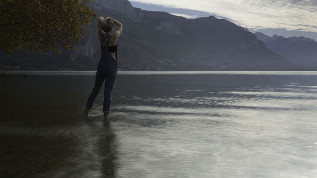 Photographie d'une jeune femme, les pieds dans l'eau du lac d'Annecy. Workshop, création de book