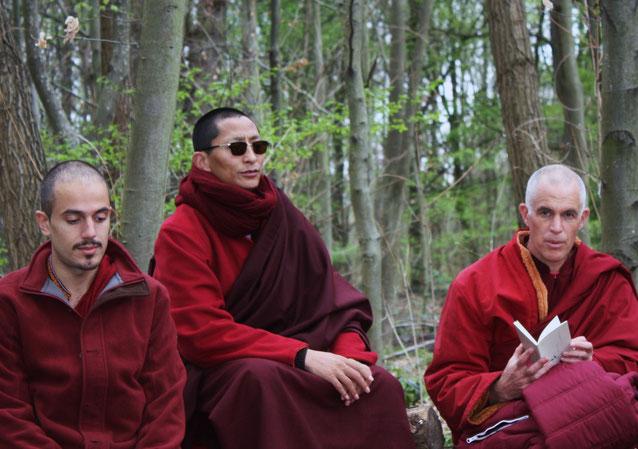 Avril 2015 Rinpoché en prière avec Lama Pieter et Omar