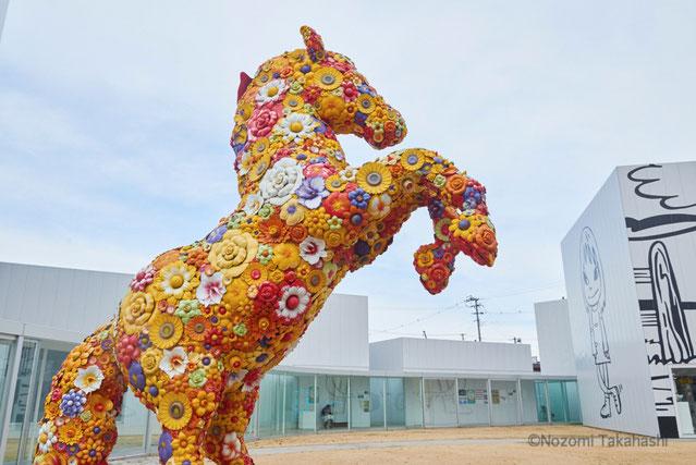"""美術館の正面で圧倒的な存在感を放つ、チェ・ジョンファによる """"フラワー・ホース""""。"""
