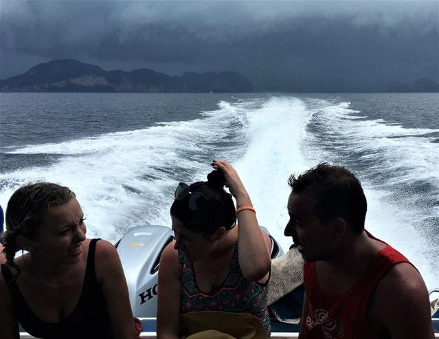 freaky finance, freaky travel, Meer, Speedboot, 3 Menschen, Phi Phi Island, Unwetter