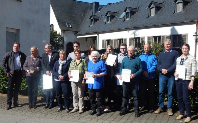 Alle Geehrten des Tages zusammen mit Monika Sauer und Ralf Bräuninger (beide links im Bild).