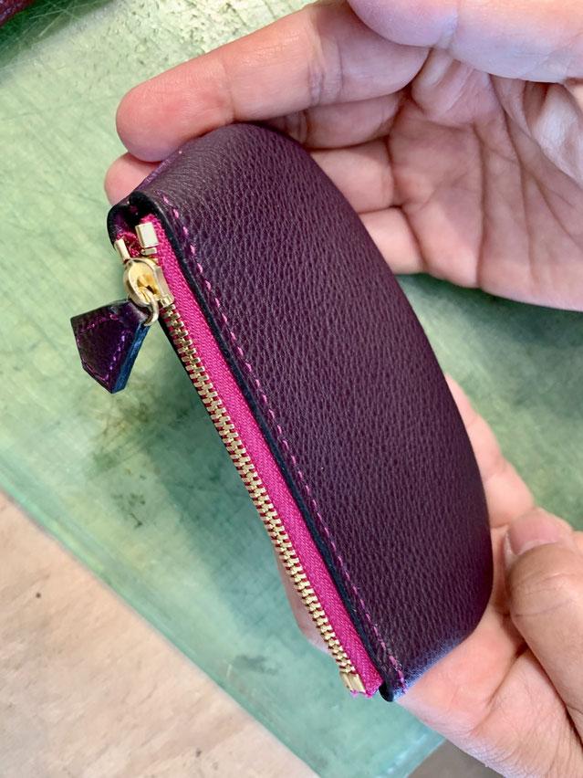 コインケース三つ目!パープルの革にピンクのファスナーとステッチがステキ♪