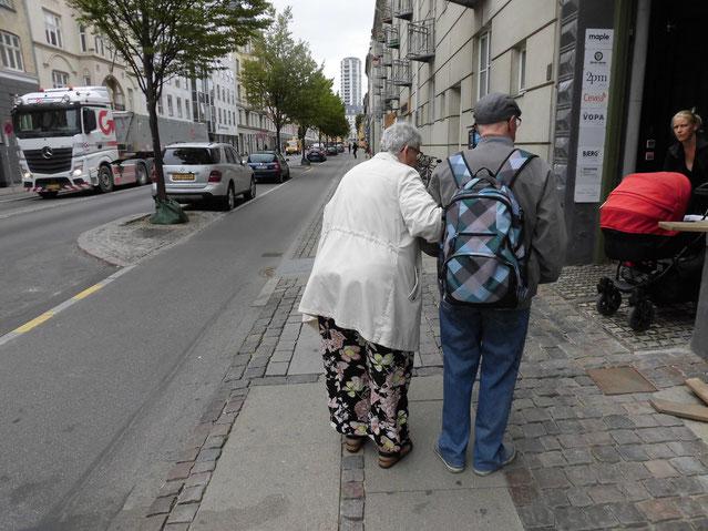 お互いにいたわりあいながらゆっくり歩いていたご年配のご夫婦