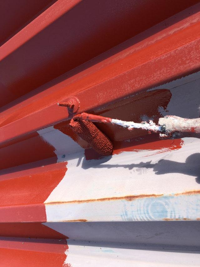 輪之内町、海津市、養老町、羽島市、大垣市、瑞穂市で屋根塗装工事中の屋根塗装工事専門店。輪之内町塩喰で屋根塗装工事/屋根折板の下塗り作業中