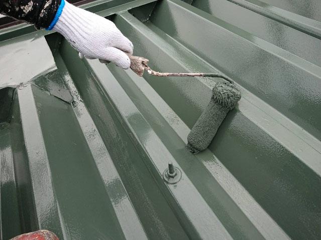 輪之内町、海津市、養老町、羽島市、大垣市、瑞穂市で屋根塗装工事中の屋根塗装工事専門店。輪之内町塩喰で屋根塗装工事/屋根折板の上塗り作業中