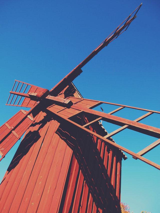 suède skansen maison moulin bois rouge ciel bleu parc