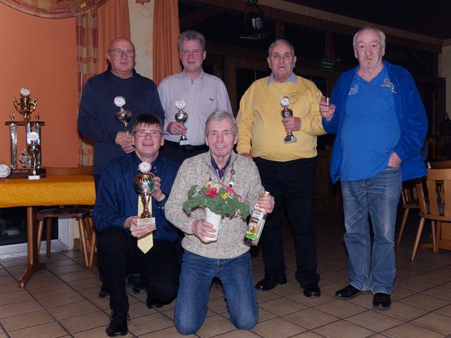 v.l. hinten: Dieter Bauer, Olaf Kopplin, Erwin Münz, Reinhard Schmidt; vorne Skatclubmeister Thomas Trautmann und Grünkohlkönig Siegfried Richter