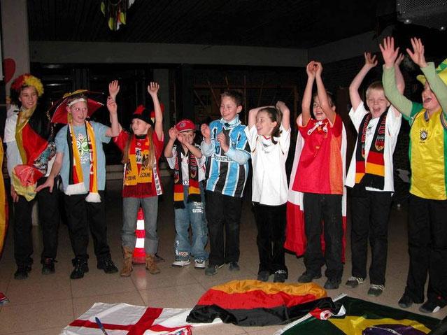 """2006: Erinnerungen an das Sommermärchen im eigenen Land, Mitglieder der Jugendgruppe bei """"Footballs Coming Home"""""""