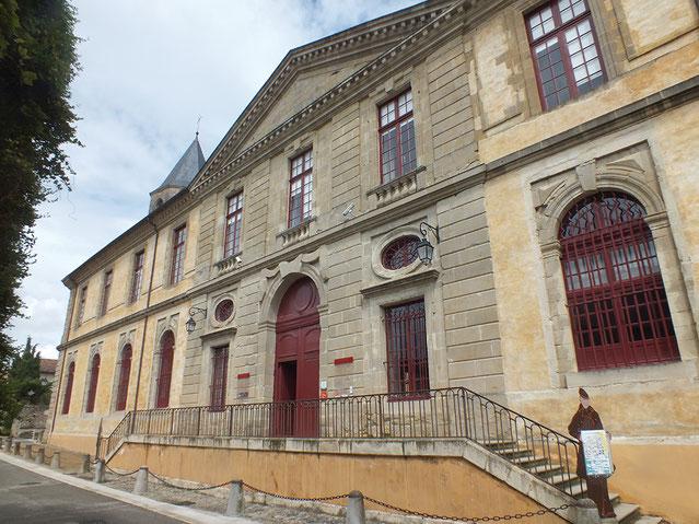 La façade monumentale, fin XVIIe siècle, de l'Abbaye-Ecole ouvre sur la cour des Rouges. En face se trouve l'ancienne cordonnerie de l'école. Crédit photo : Couleur Média