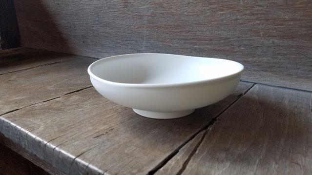 白妙磁鉢M:晩香窯の庄村久喜が制作したシルクの光沢がある白い器のMサイズ。中田英寿氏が手掛ける『にほんものストア』でも購入できるアイテム