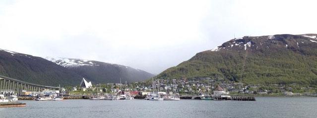Tromsø: Yachthafen, Kirche, Berge