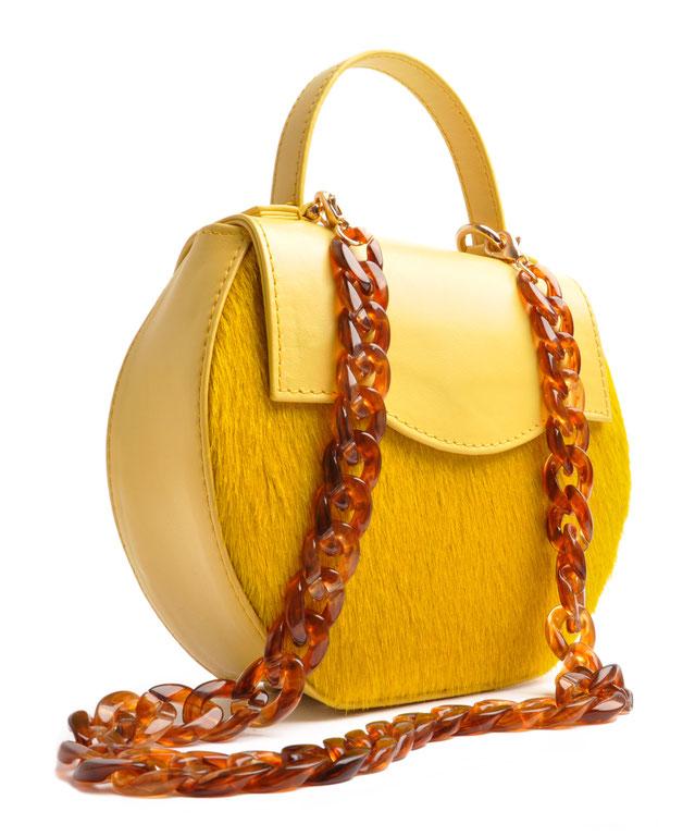 exklusive Dirndltasche aus gelbem Leder mit modischer Acrylkette