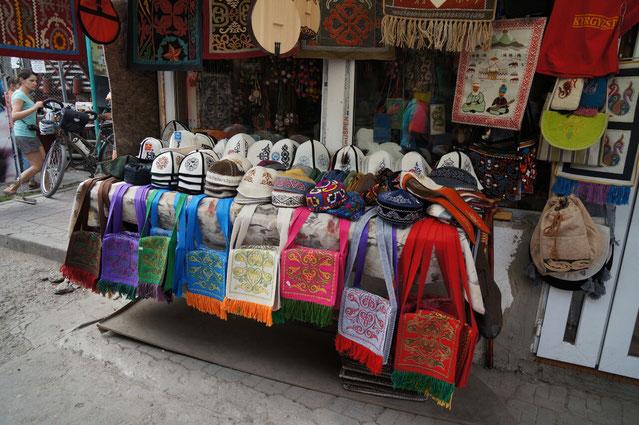 Des chapeaux traditionnels sur Osh Bazar à Bishkek