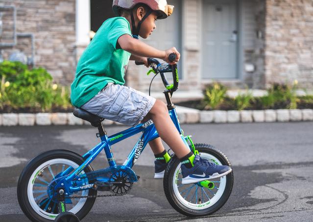 子供が自転車に乗る写真