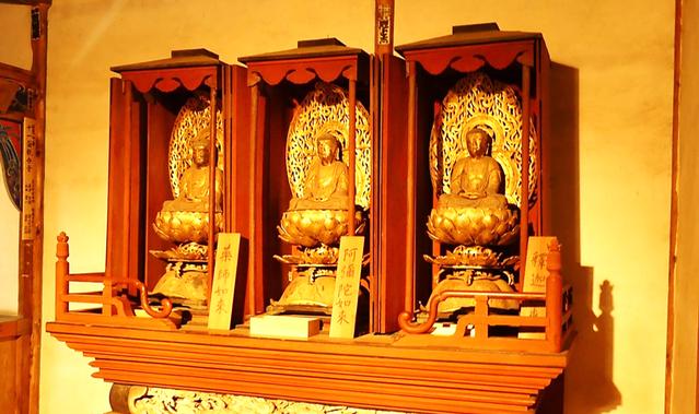 「三仏様」 本庄市指定有形文化財