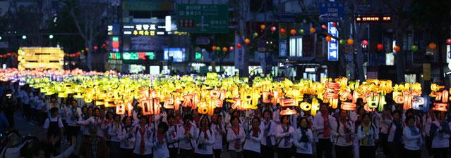 El 11 de mayo, budistas desfilaron por la calle de Jongno llevando faroles de mano con citas de las escrituras budistas en hangeul (alfabeto coreano) durante el desfile de los faroles, en los festejos del cumpleaños de Buda (foto: Jeon Han).