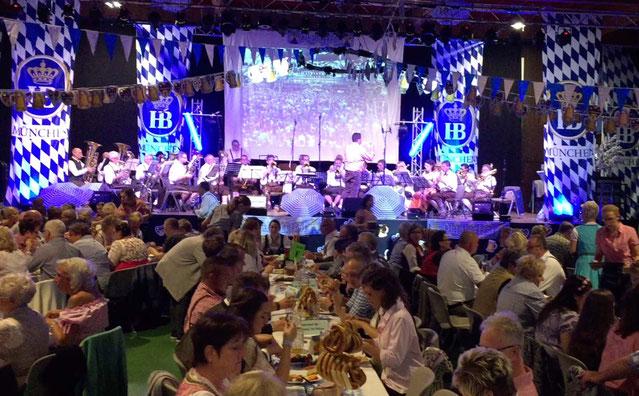 Die Egerländer vom Rhein beim Oktoberfest in der Rheinhalle in Hersel