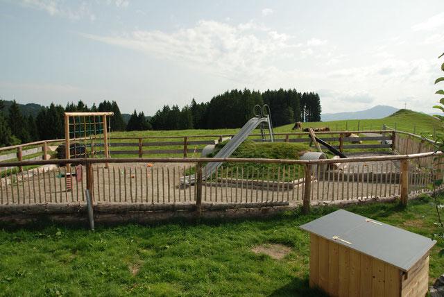 Hütte mit Spielplatz für Kinder
