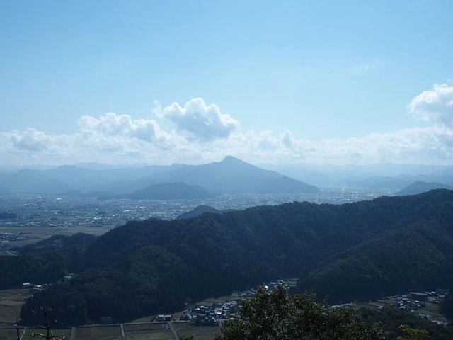 日野山 :この山にも近いうちに登りたい。                             さてさて、白山が雲隠れです。嫌われています・・・