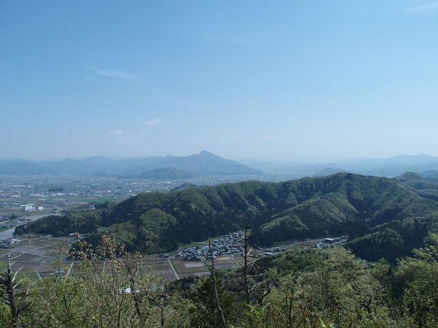 山頂から登山口(鯖江の研修所が見える近く)と日野山を遠望する。