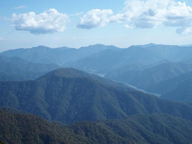 徳山ダムの水面がキラキラ輝いている。                          昨秋、ダム堰堤から冠山を仰ぎ見たのを思い出す。