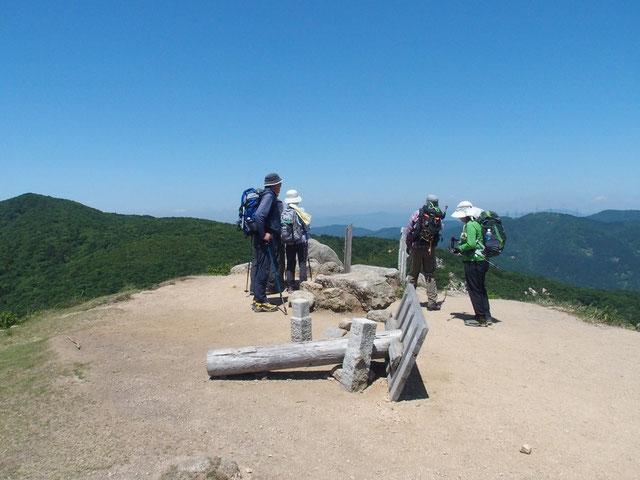 山頂から白山方面を展望する(残念ながら望めませんでした)