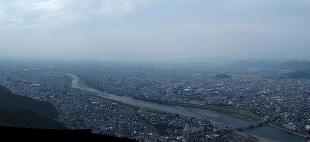 お城から長良川と岐阜市内を俯瞰。残念ながら名古屋市内や伊勢湾までは望めなかった。