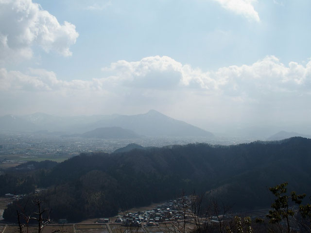 日野山が弱い日差しだったが、春の姿を見せていた