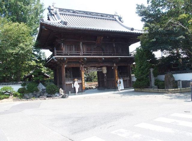 霊山寺:四国八十八か所の一番札所・・・歩き遍路以来です。                二人でお参りし元気なことを報告した