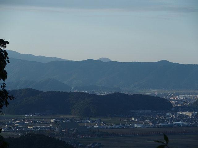 お椀を伏せたような山容が高須山です