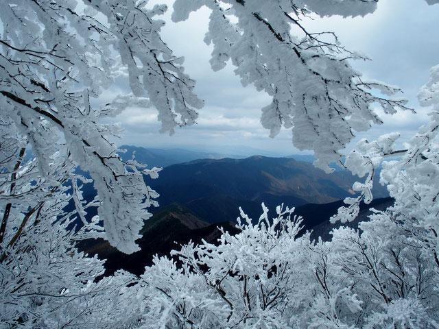 山頂手前のビューポイント                                  この額縁の中に木曽の御嶽さんが見えるそうですが今日は残念
