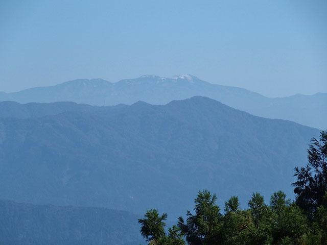 初冠雪の白山 きれいに晴れ上がっているが、初冠雪もいま一つでした。