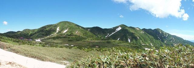 南竜馬場と別山方面のパノラマ・・・油坂はまだしっかり雪が残っている