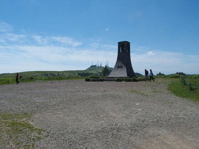 美しの塔/後方は王ヶ頭(ホテル)                              小生の記憶ではただ広い砂利の平原に塔がポツンと建っていたように思う。           家内は25年ほど前に一緒に来ているよと言うが、どうしたことか明確な記憶がない。