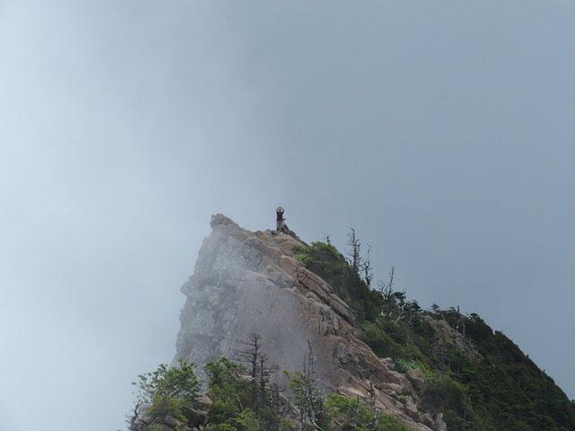 天狗岩を極め得意満面、ポーズをとって喜ぶ小生