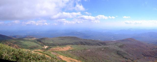 パンフレットには山頂から360°の眺望がすばらしいと。                                          秋田駒、鳥海、月山、蔵王、早池峰など展望できるらしいが・・・