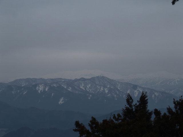 曇り空の中を目を凝らすとほのかに白い白山の姿が見えました。