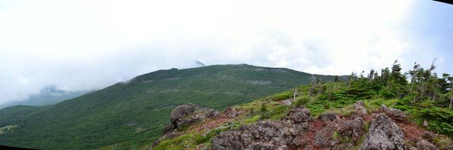 茶臼山展望台から縞枯山を望む