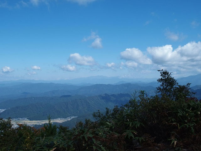 頂上に立った時の白山は雲の中。下山時北の社に出てみるとこのとおり。           いつからの再会でしょうか・・・懐かしいなぁぁぁ!!