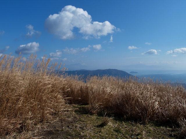 稜線に出ると眼下に琵琶湖。竹生島と遠くには伊吹山を眺めながら足取り軽く、気分は爽快そのものでした。