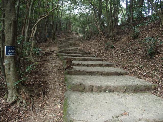 大手道(七曲り登山道) :今はかつての面影もなくコンクリートの階段です。