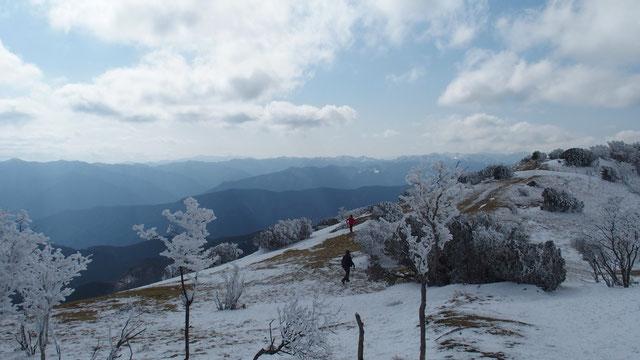 山頂から少し下ったところのビューポイント・・・八丁平