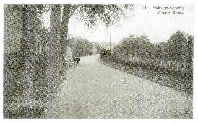 De Fraineux vers Nandrin avec la locomotive qui remonte à gauche de la route au fond de l'image