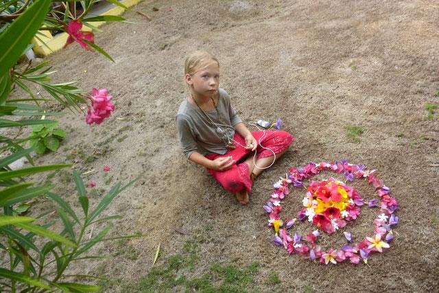 Pippi hat ein Mandala aus Blumen gemacht, die sie alle vom Boden aufgesammelt hat.....