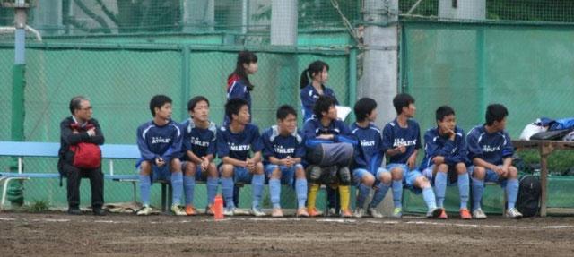 ベンチで見守る篠田先生、小林マネ、北浦マネ、控え選手。